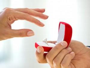 дарит кольцо